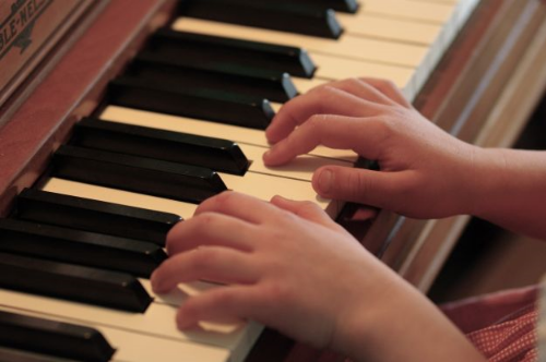 Piano_practice_hands.fd3a9a78